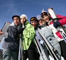 Groupe de jeunes à la neige